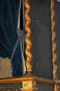 Colonnine tortili in ghisa dorate usate sia nella balaustra che come supporto di sostegno per il tetto