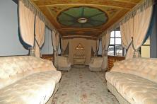 Salotto composto da due divani e due poltrone a Capitonnée in cordinato alle calate.