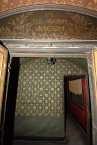 Ingresso carrozza rivestito con tessuto in cotone spinato, dipinto con vernice verde, rifinito e decorato con tampone a stampo