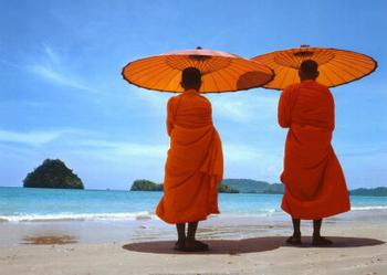 Monaci sulla spiaggia di Krabi
