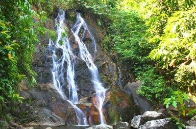 cascata a nove livelli nel parco nazionale di khao sok in thailandia