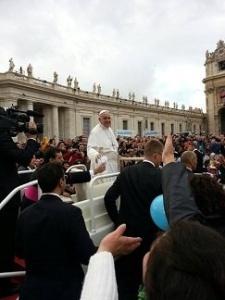 Papa Francesco lascia cadere la maglia nelle mani del suo segretario