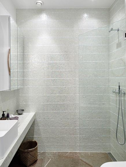 Badkamer met transparante glazen mozaek tegeltjes