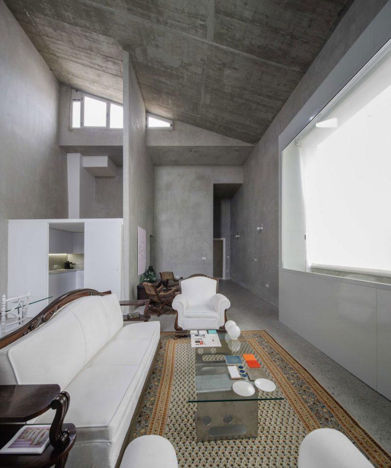 Betonnen woonkamer met een levensechte schilderij  OBSiGeN