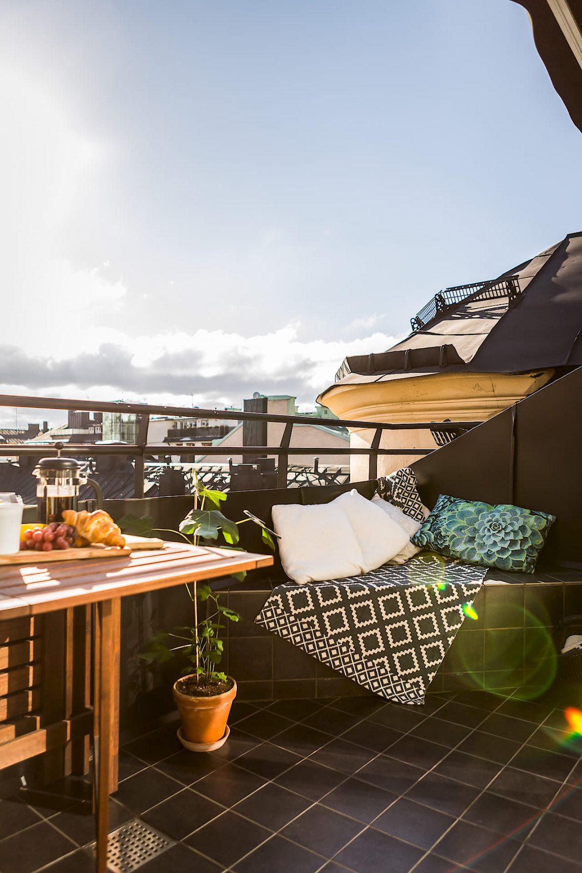 Klein balkon inrichten met een vaste bank tafel n