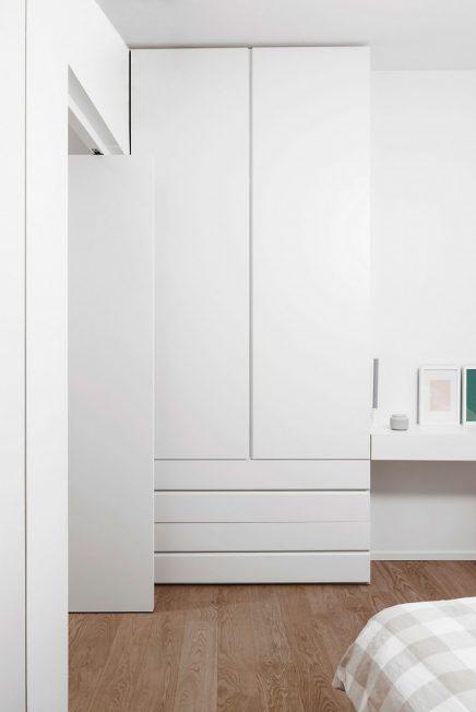 Kleine inloopkast met pivot deuren  Inrichtinghuiscom