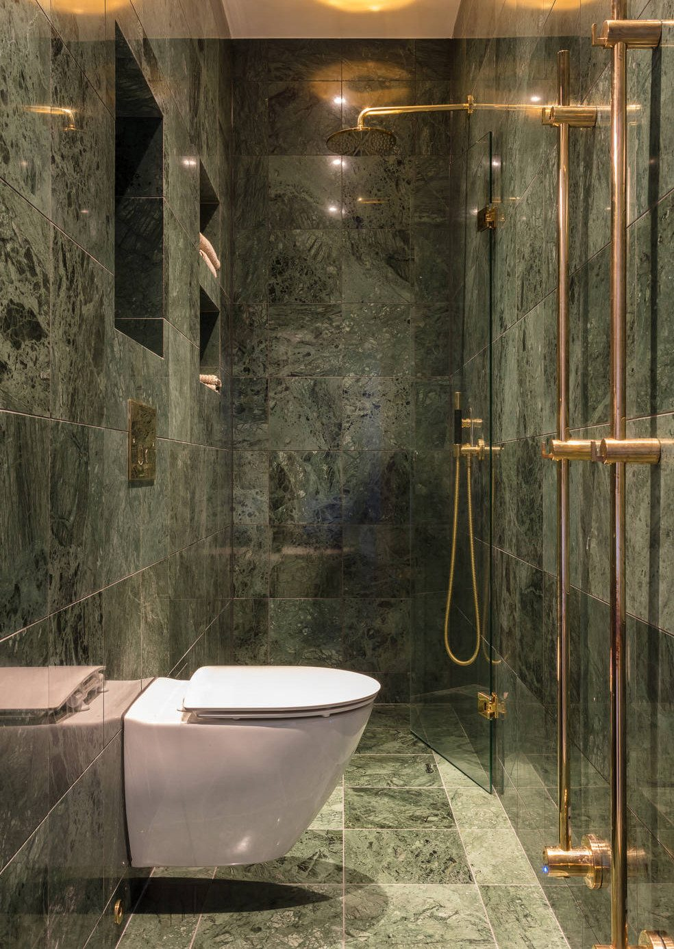 Kleine smalle badkamer in groen marmer  Inrichtinghuiscom