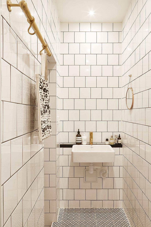 Kleine witte badkamer met gouden details  Inrichtinghuiscom