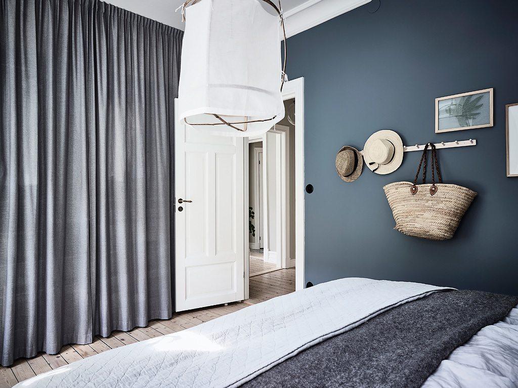 In deze mooie slaapkamer zijn gordijnen opgehangen vr de