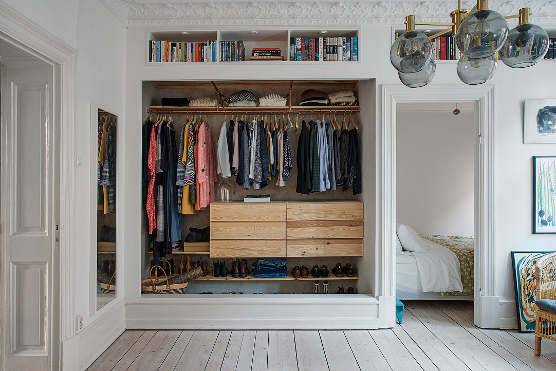 Open kledingkast in de woonkamer  Inrichtinghuiscom