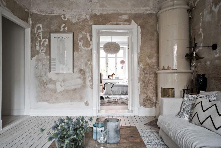 Het industrieel behang maakt deze woonkamer uniek