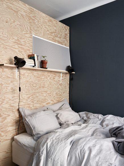 Slaapkamer met blauwe muren en underlayment inloopkast