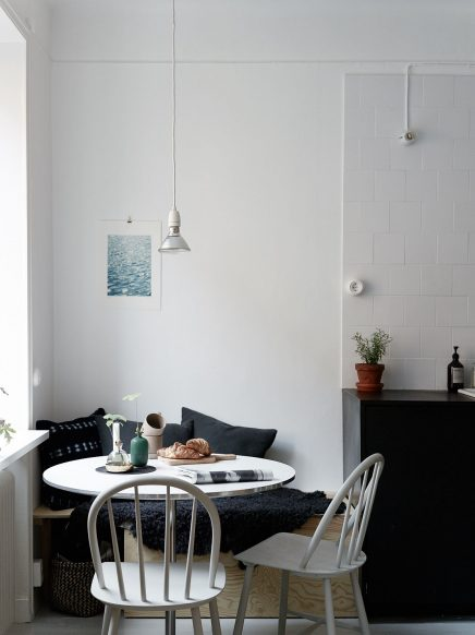 Stoere keuken met een kleine gezellige eethoek