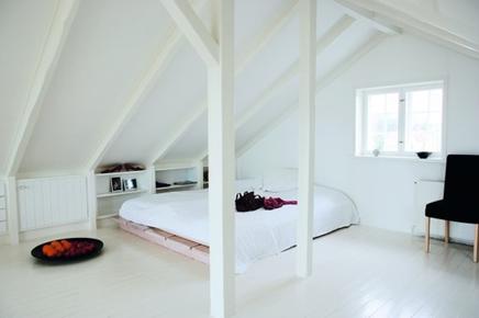 Witte slaapkamer op zolder  Inrichtinghuiscom