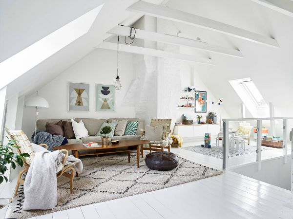 Witte woonkamer op zolder  Inrichtinghuiscom