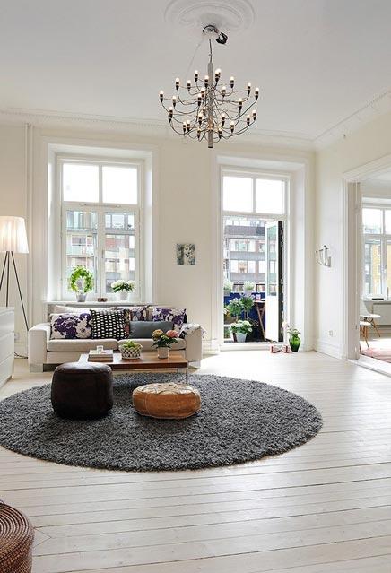 Witte woonkamer met rond vloerkleed  Inrichtinghuiscom