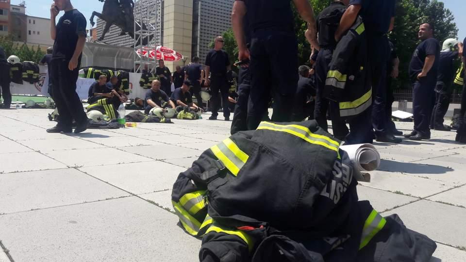 37004065_10212190337941541_3644475871747637248_n Zjarrfikësit me orë të tëra duke protestuar në diell – në pritje të kryeministrit