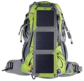 Der XTPower Xplorer Globetrotter Solarrucksack in grün vor weißem Hintergrund