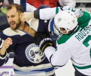 Antoine Roussel (DAL - 21) throws a punch at Nick Foligno (CBJ - 71).