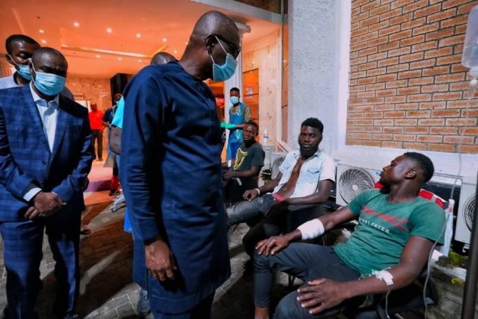 Santo-olu visiting injured protesters