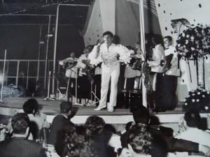 Zeki Muren performing live