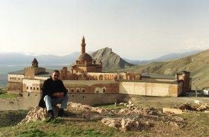 Ким, перед дворцом Ишакпаша, Догубаязит, мы впервые посетили его в 2001 году.