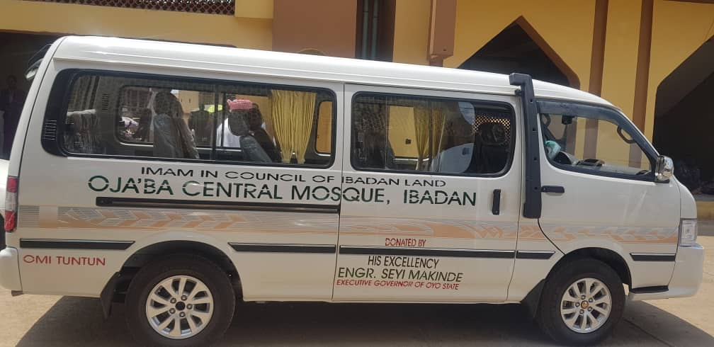 Makinde Donates 18-seater Bus to Ibadan Central Mosque   InsideOyo.com
