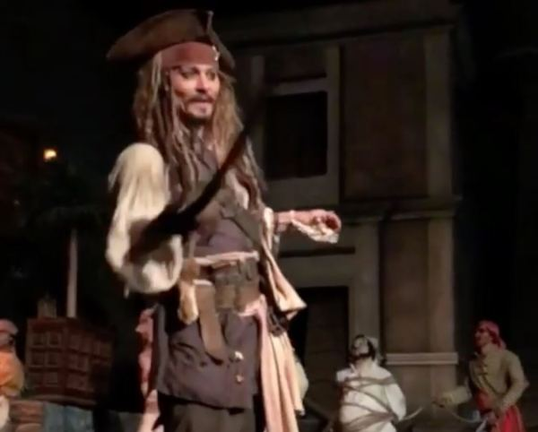 Video Johnny Depp Surprises Disneyland Guests Jack Sparrow Pirates Of Caribbean