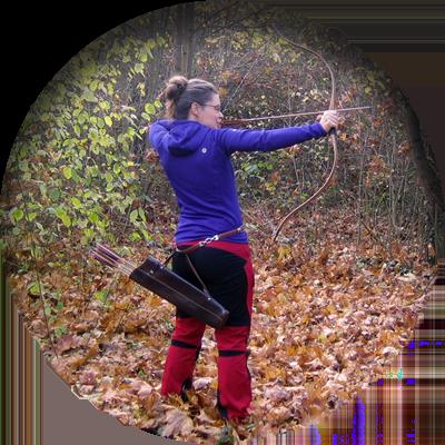 Frau beim Bogenschießen in der Natur