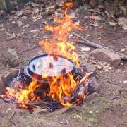 Dutchoven inmitten vom Lagerfeuer