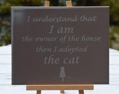 The Cat tekstitaulu telineessä