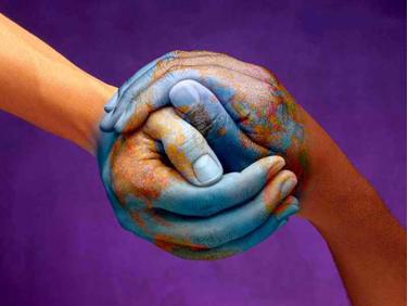 globe-terre-mains