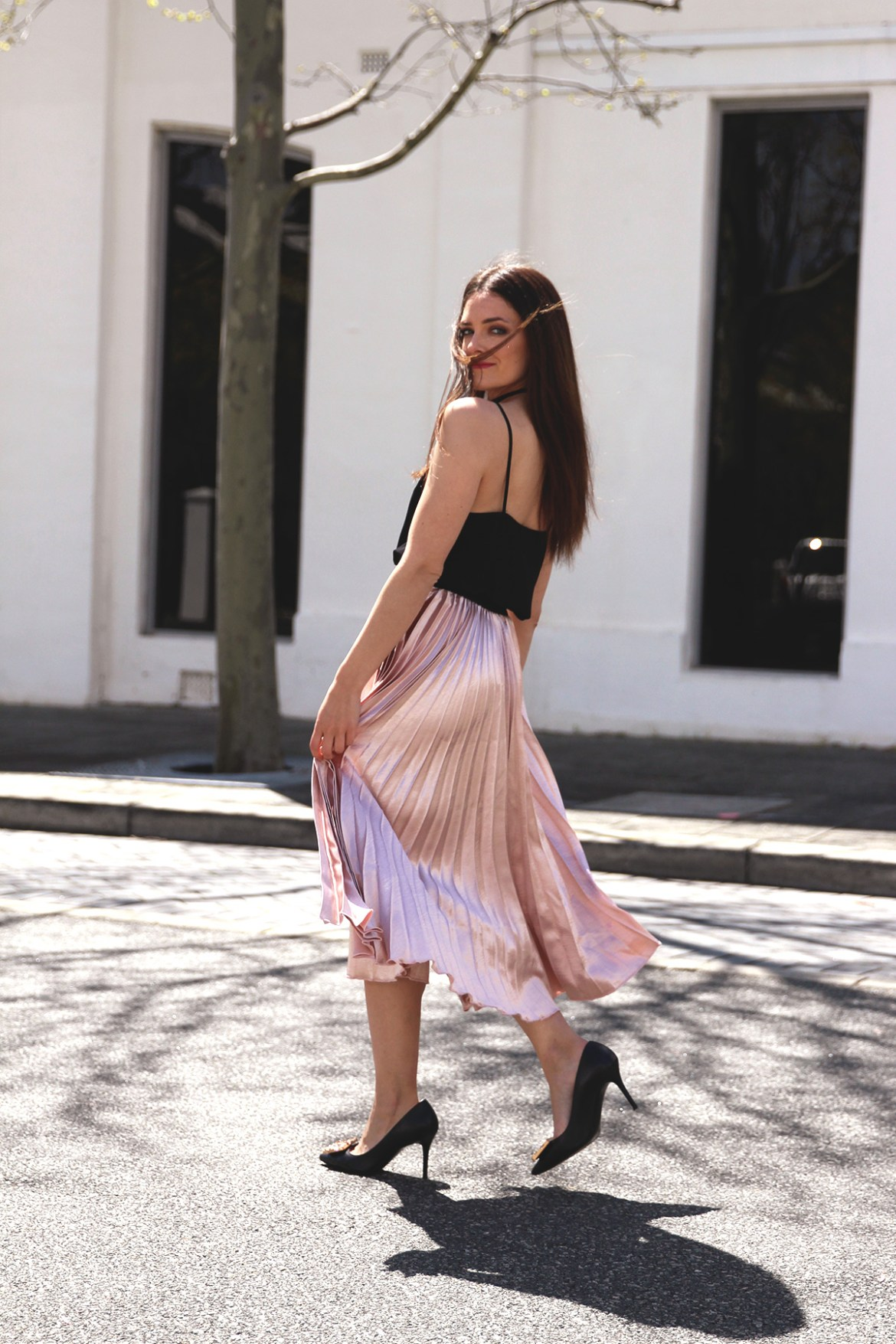 Perth fashion blogger Inspiring Wit @inspiringwit in the pink pleated metallic skirt from Hello Parry #metallicskirt #pleatedskirt #fashionbloggers