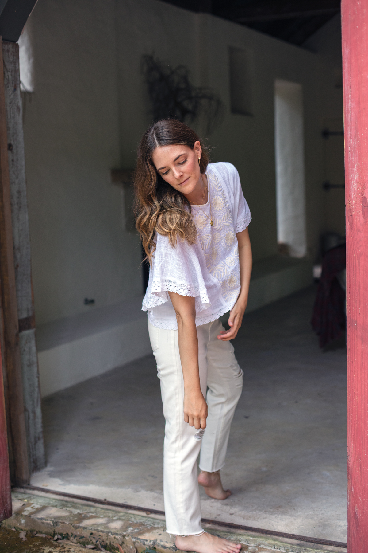 White on white outfit with Bohemian Traders Havana blouse and boyfriend jeans worn by Jenelle Witty Australian fashion blogger from Inspiring Wit