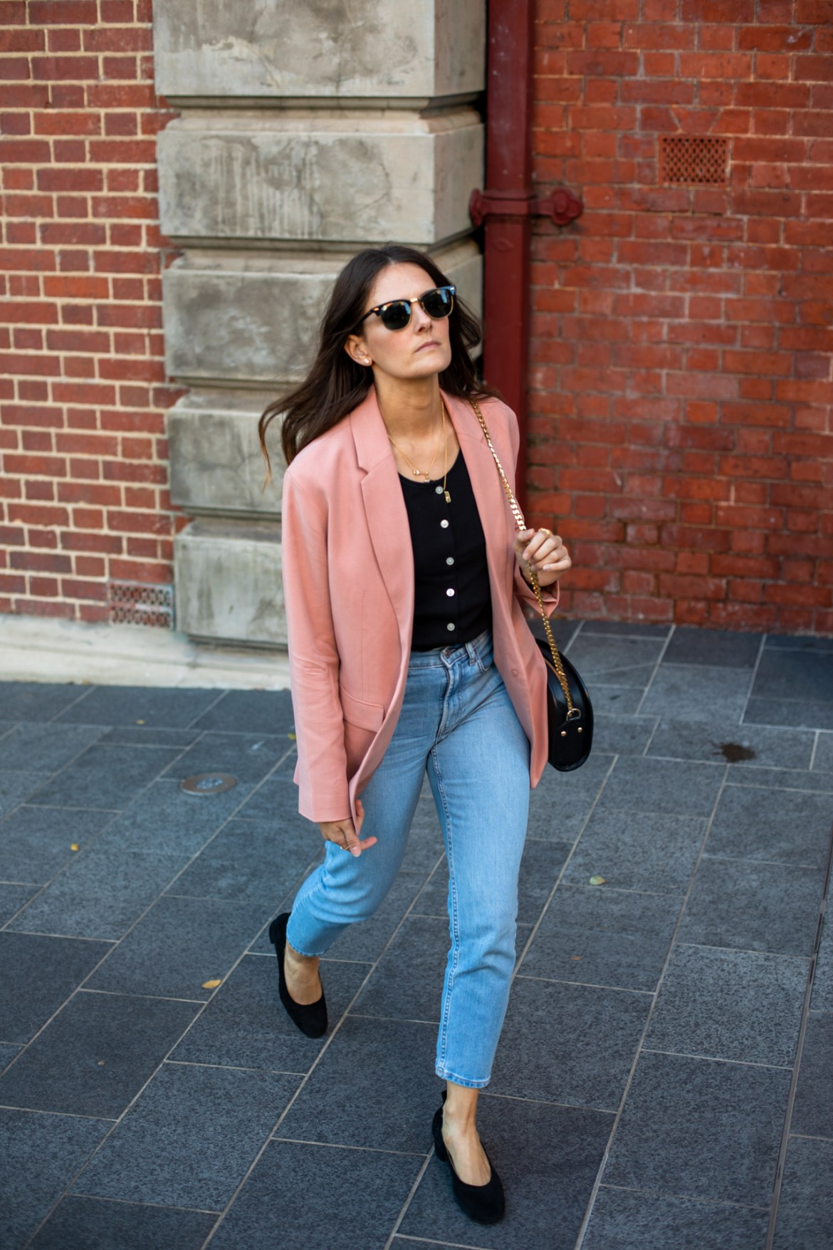 My go-to outfit wearing four of my favourite Everlane essentials, the cheeky straight jeans, a basic tank, the Day heels and an easy blazer. Outfit ideas for women who want a minimal but cool modern look.