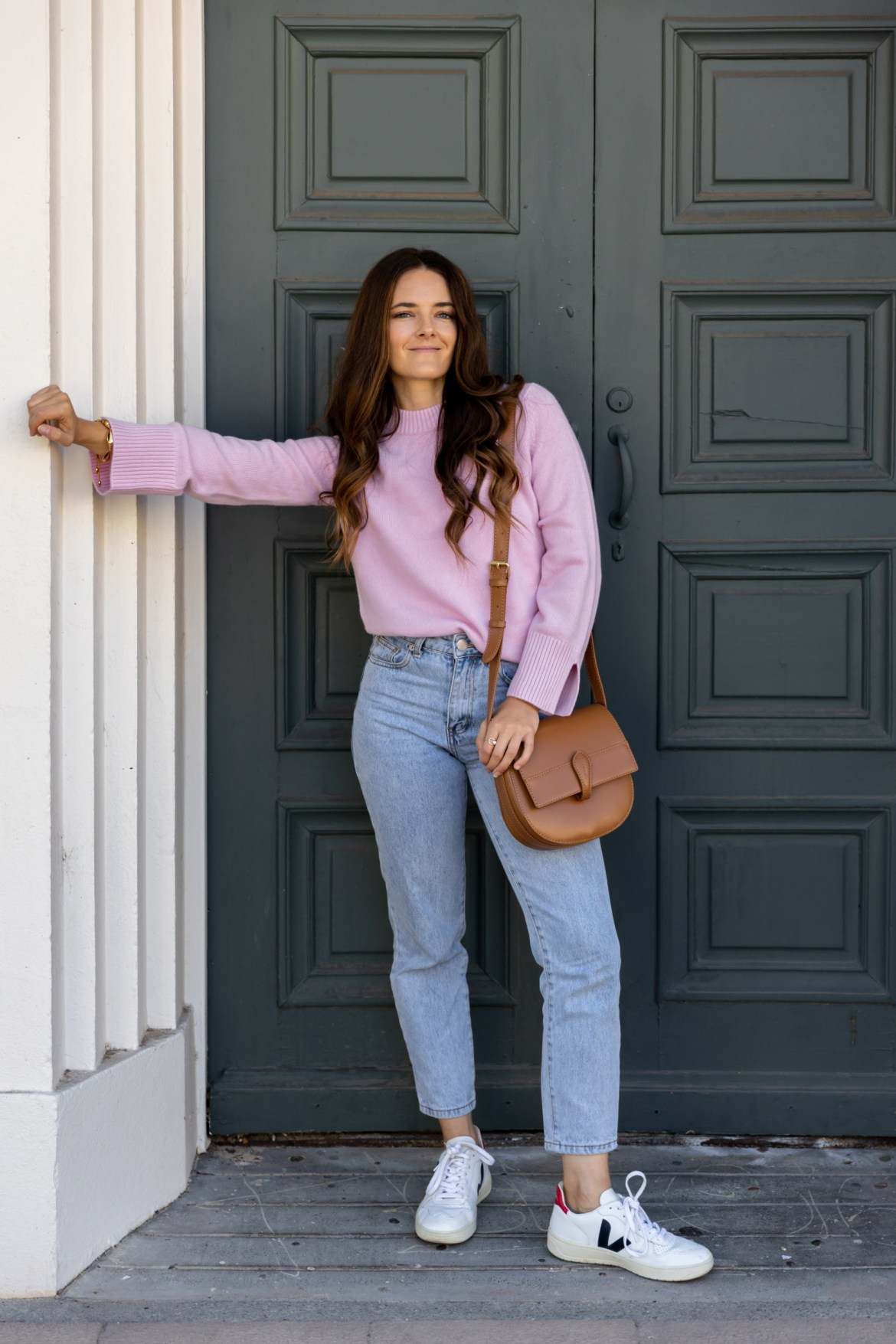 high waist jeans and white sneakers outfit idea