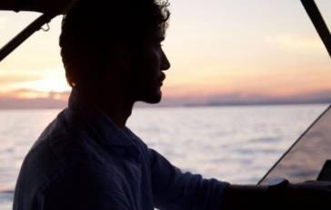 Stefano De Martino si gode l'estate in barca: beccato con lei
