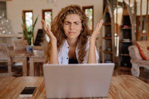 Empresaria muy confundida con toda la información digital para su negocio