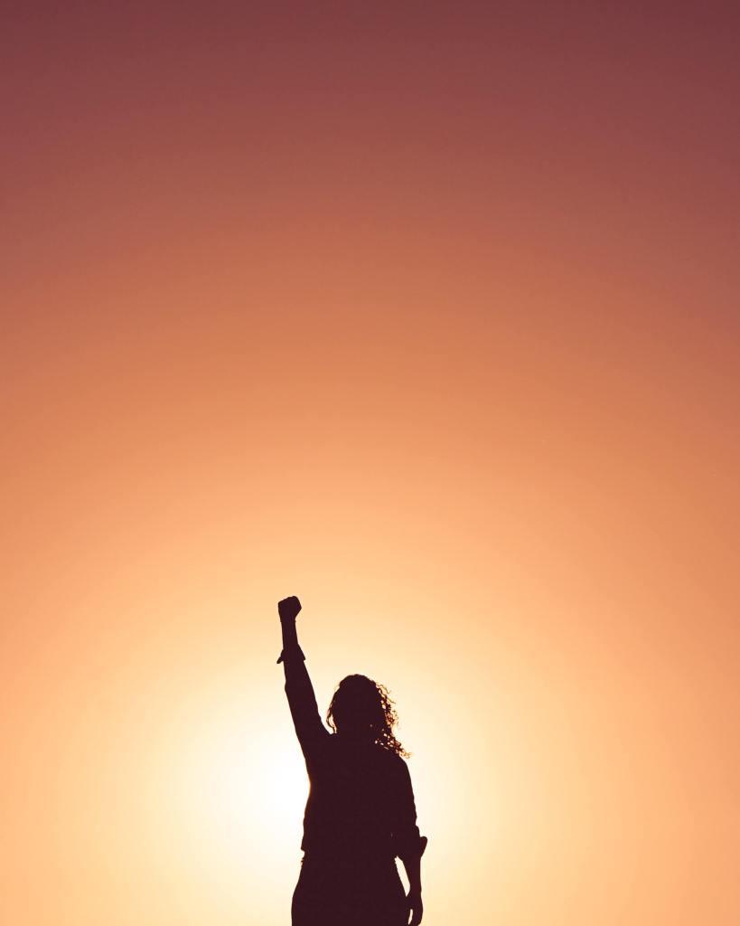 Mulher em posição de vitória. representando mudança na terapia.