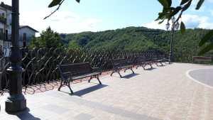 Piazza della Civiltà Contadina con la grande ringhiera di Consagra