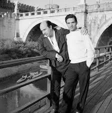 Toti Scialoja e Pier Paolo Pasolini sul Lungotevere in una foto di Gabriella Drudi, Roma 1954