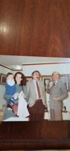 Carmela con la figliola in braccio, Gianni Pellegrini e Renato Zangheri in visita ad una mostra presso La Casa dell'Arte