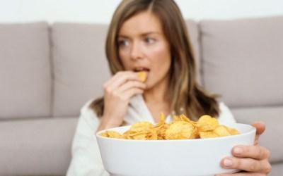 4 raisons qui font que vous sentir «gros(se)» vous fait manger PLUS et non MOINS