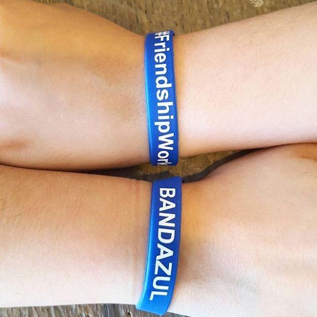 #GivingBack Ya nos llegaron las banditas azules de #Bandazul #FriendshipWorks. Con una donación de $5 c/u (deducible de impuestos) te la enviamos por correo postal en USA y estaràs contribuyendo con @Bandazul. ¿Cuántas quieres? Avisame por privado o por teléfono. También tenemos un fundraising en generosity.com. El link está en la bio de @bandazul.