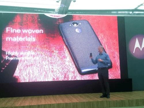 Rick Osterlah, presidente da Motorola Mobile apresentando o Moto Maxx