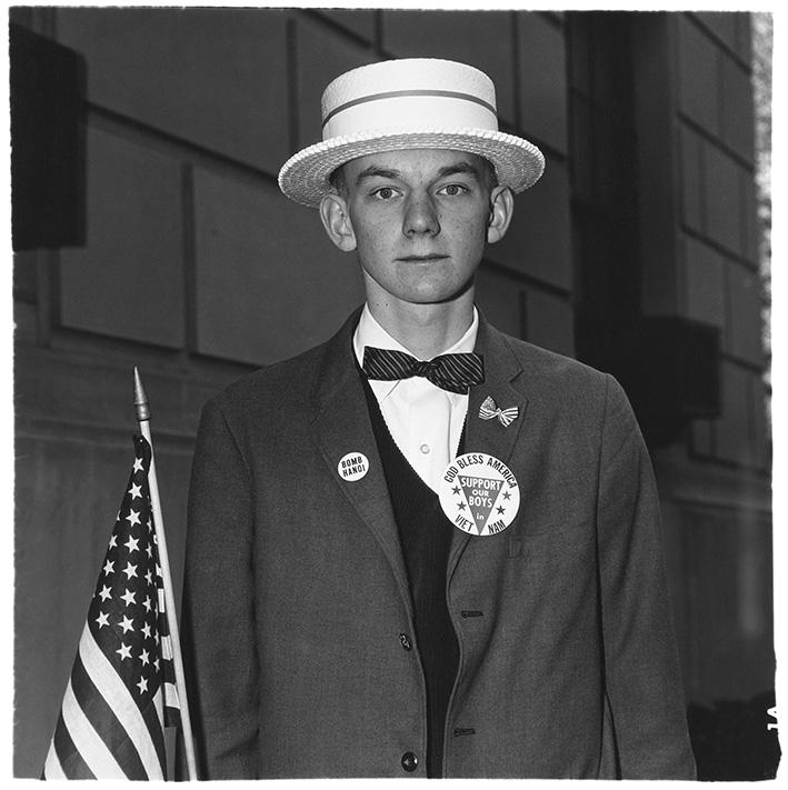 Junge mit Strohhut, der darauf wartet, in einer Pro-Kriegsparade mitzumarschieren, N.Y.C. 1967   © The Estate of Diane Arbus