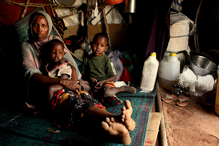 A_recently_arrived_family_in_Dadaab_(7554224360)