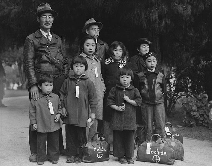 Mitglieder der Mochida-Familie warten auf ihre Evakuierung mit dem Bus   Foto: National Archives at College Park