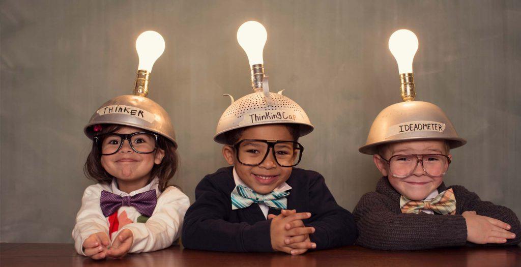 niños con bombillas encendidas sobre la cabeza