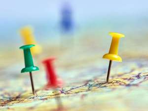 Chinchetas de colres sobre un mapa